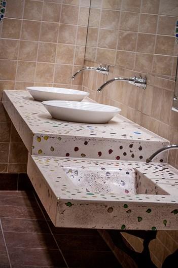 Дизайн ванной комнаты с использованием бетонных столешниц