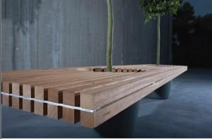 Деревянная скамейка из отдельных брусков