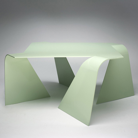 Журнальный столик, выгнутый из единого листа