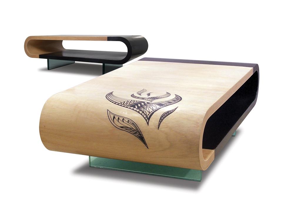 Низкий овальный столик с загнутыми краями
