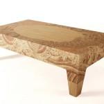 Деревянный продолговатый стол, украшенный узорами в стиле тату