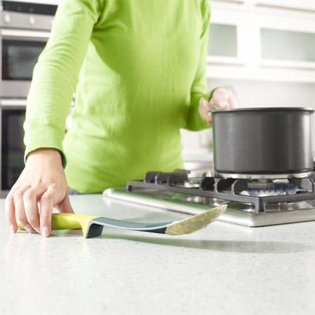 Удобный черпак, который не пачкает стол и сам не пачкается, если его положить.