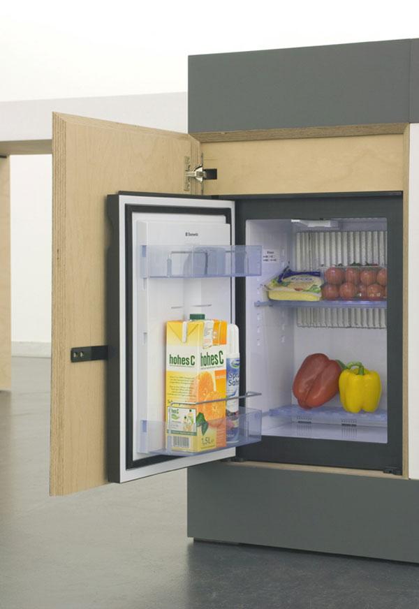 Мини-холодильник встроен в одну из тумбачек