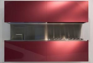 Верхние шкафы поднимаются, освобождая столешницу, мойку и варочную панель