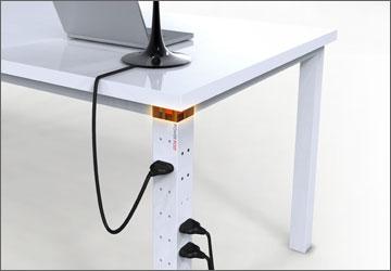 Компьютерный стол своими руками. Все провода электропитания спрятаны в полую ножку.