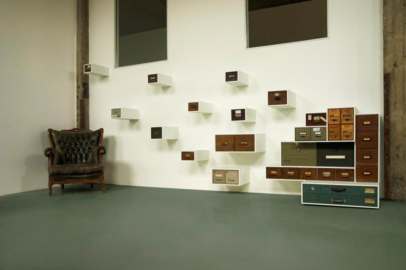 Оригинальный набор шкафчиков, которые крепятся по отдельности на стену в виде разлетающихся ящиков.