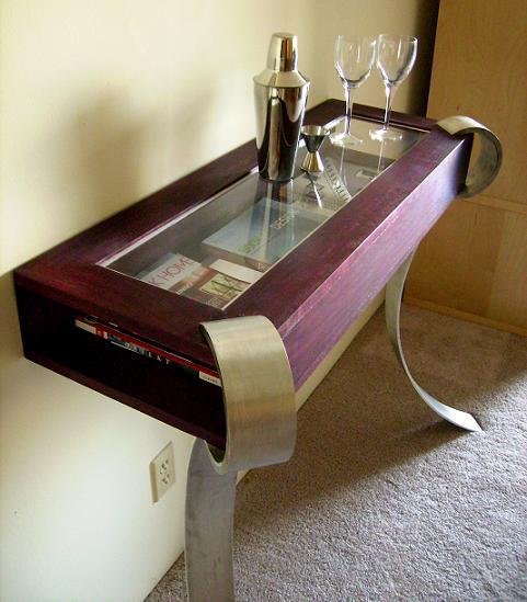 Оригинальный небольшой приставной столик. Может использоваться также для хранения книг, журналов и другой мелочи.