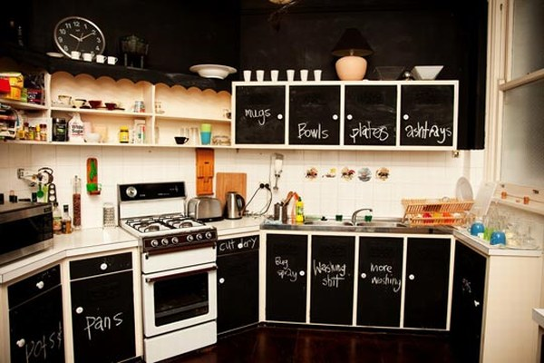 Кухня в черных тонах. На всех панелях можно писать и рисовать мелом.