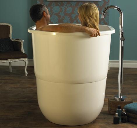 Сидячая ванна в японском стиле. Глубокая -- помещаются несколько человек.