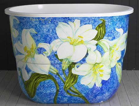 Сидячая ванна с росписью в японском стиле.