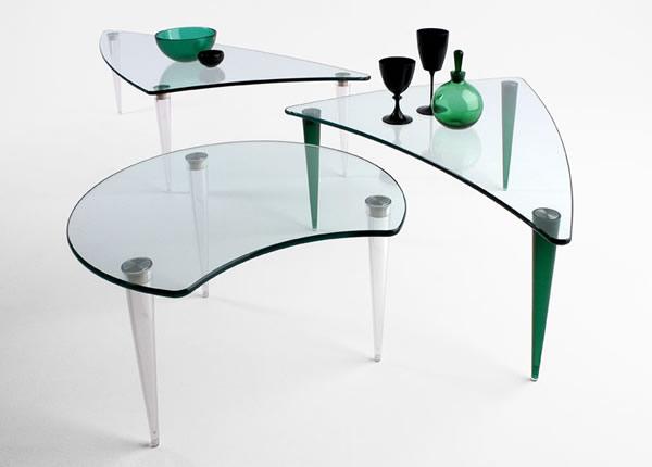 Столы со стеклянным верхом оригинальной формы. Необычные ножки.