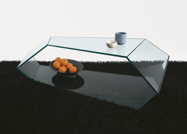 Кофейный столик из стекла со многими гранями.