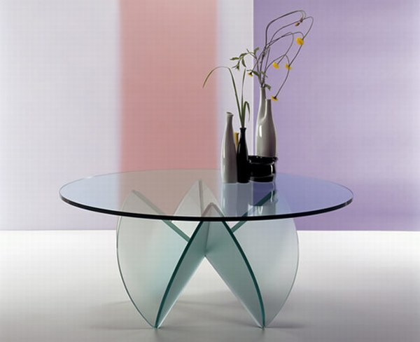 Небольшой стол из стекла. Основание тоже стеклянное в форме лепестков цветка.