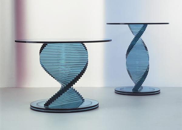 Круглый стол из стекла. Стеклянное основание в виде спирали.