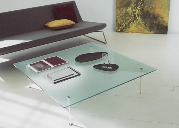 Журнальный столик кофейный. Простая лаконичная форма. Квадратная столешница. Простые метеллические ножки.