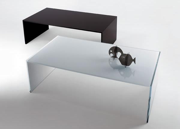 Кофейный столик из прозрачного и тонированного стекла. Простая геометрическая форма.