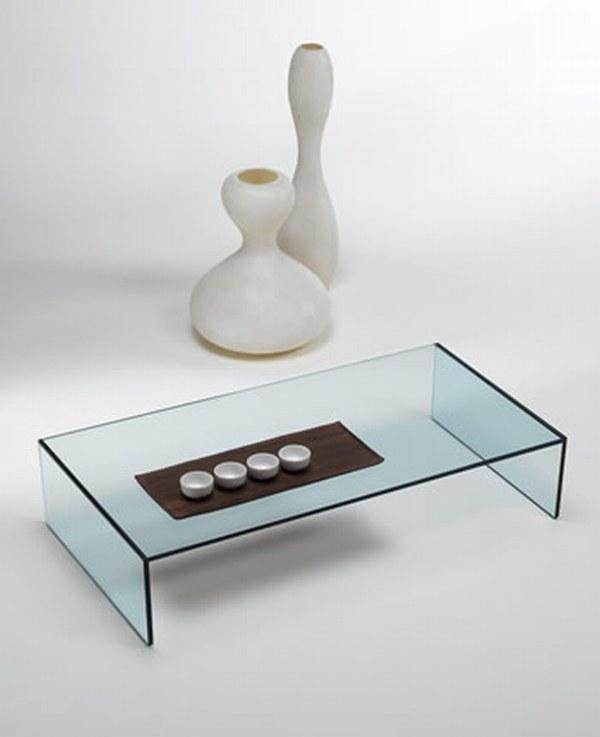 Низкий журнальный столик из стекла в японском стиле.