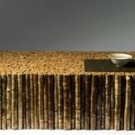 Стол из веток плотно поставленных одна к другой со стеклянным верхом