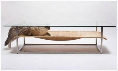 Оригинальный кофейный столик с нижним отделением для кота.