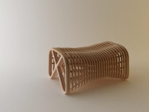 Плетеная скамейка из гнутых прутьев