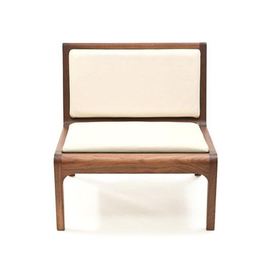 Скамейка с мягким сиденьем и спинкой в стиле минимализм
