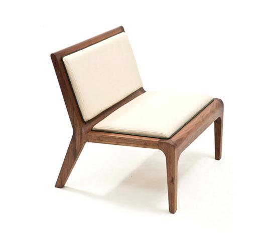 Скамейка простой формы; ничего лишнего