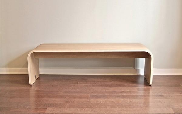 Скамейка из согнутого куска древесины на пару