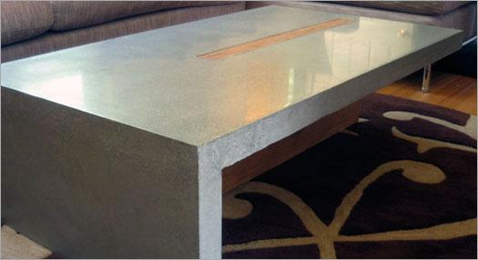 Бетонная мебель и аксессуары. Стол из бетона, абсолютно гладкая поверхность.