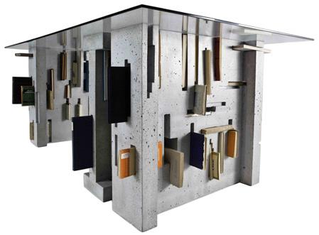 Журнальный столик сделанный из бетона с прозрачной столешницей.