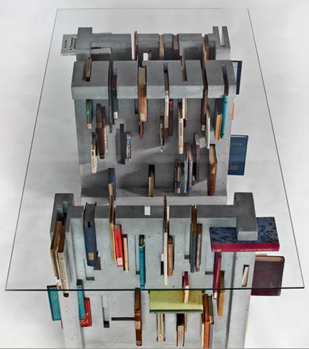 Через прозрачный верх этого журнального столика видны книги, которые удобно хранить в пазах прорезях.