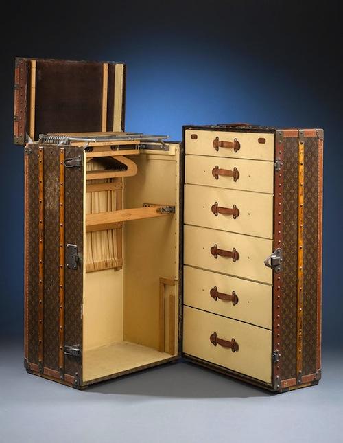 Гардероб в виде старинного чемодана