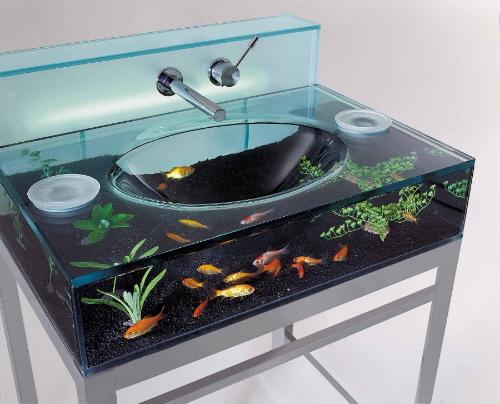 Стеклянная мойка с аквариумом.