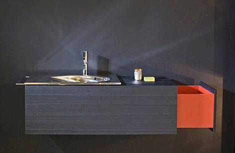 Мебель для ванной комнаты. Мойка золотистого металла. Удобные выдвижные ящики для хранения ванных пренадлежностей.