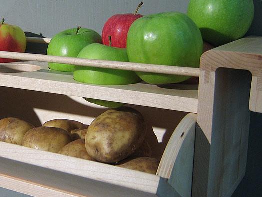 Открытые полки для хранения продуктов на кухне