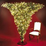 Очень нарядная красиво украшенная новогодняя елка, закрепленная кверх ногами