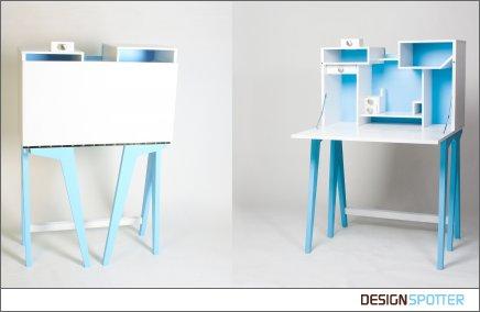 Легкий и изящный откидной компьютерный стол с полками для CD и прочей мелочи.