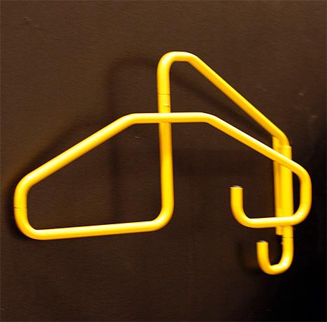Вешалка для прихожей совмещает в себе плечики и крючки. Оригинальная форма.