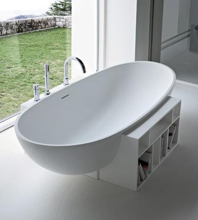 Итальянская ванна в стиле минимализма. Снизу удобные полки для хранения всякой мелочи.