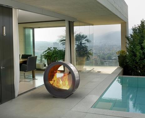Благодаря круглой форме камин легко перемещать из дома на улицу.