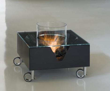 Камин на био-топливе. Маленький размер, металл и стекло.