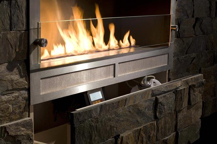 Камин не требует дымохода, работает на био-топливе. Встраивается в стену, пульт дистанционного управления прилагается.