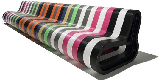 Преимущество модульной мебели. Скамейка из пластиковых модулей. Легко собирается. Длина -- не ограничена.