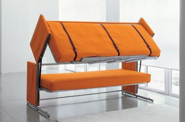 Уникальный механизм двухъярусной кровати, которая в солженном состоянии выглядит как простой диван