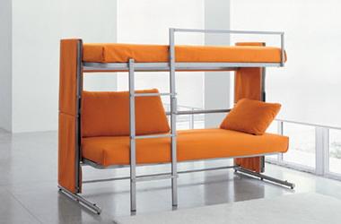 Раскладной диван, в разложеном состоянии -- полноценная двухъярусная кровать.