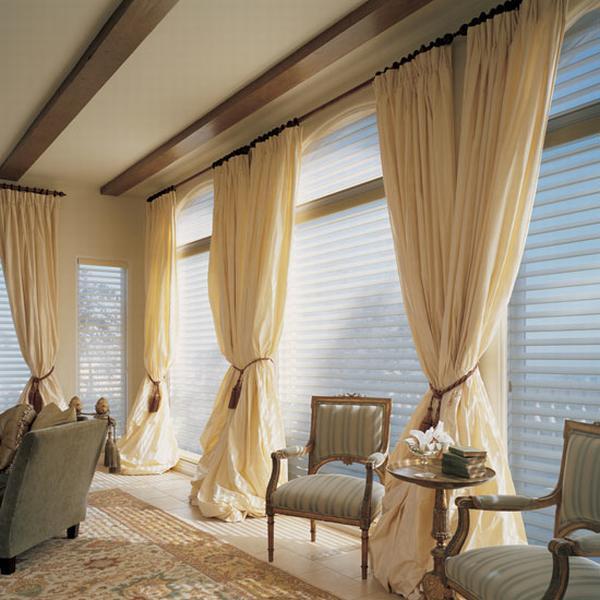 Современная комбинация штор кремового цвета и жалюзи