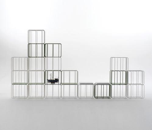 Оригинальный стеллаж из легких проволочных конструкций. Выглядит невесомым и прекрасно подойдет для современного интерьера в стиле хай-тек