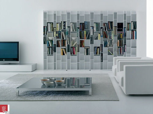 Напольный стеллаж белого цвета. Важно не занимать каждое отделение, тогда книги создают дополнительный орнамент украшающий интерьер