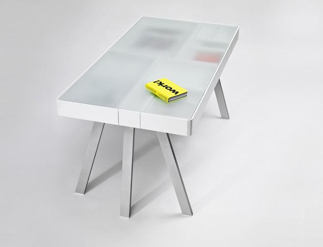 Стол с пластиковой матовой прозрачной столешницей. Всё что лежит в ящиках красиво просвечивает наружу