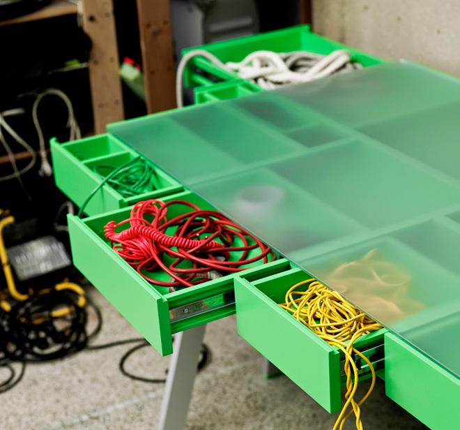 Удобный и функциональный стол для мастерской со множеством ящиков