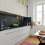 Вытянутая узкая кухня в белых тонах